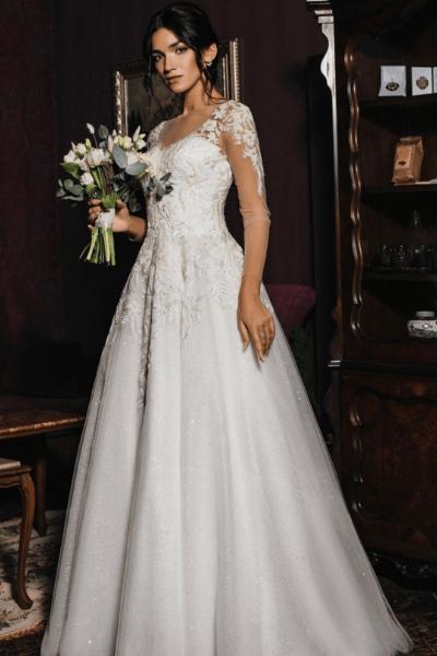 Brud i hvid brudekjole med blomsterbuket i hånden